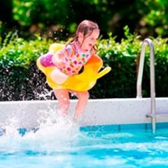 Sempre alerta: assim que seu filho sair da piscina precisa trocar a roupa UV - PAIS E FILHOS